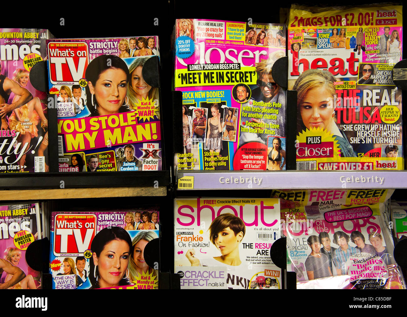 Chat celebrity magazines dans une boutique de la presse britannique Photo Stock