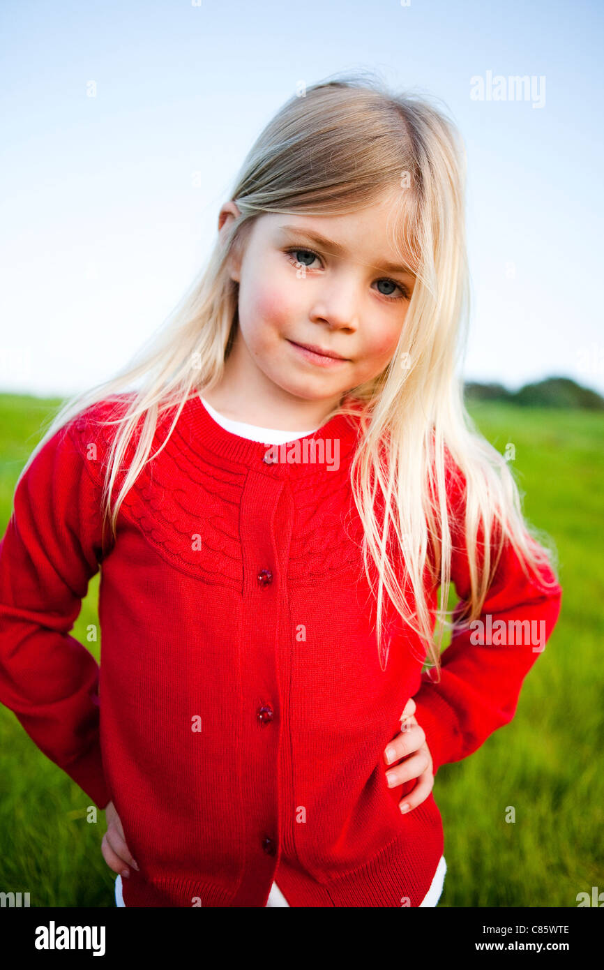 Petite fille en pull rouge Photo Stock