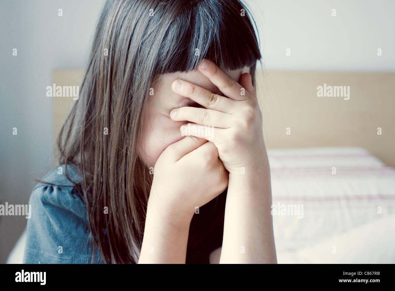 Girl couvrant le visage avec les mains Photo Stock