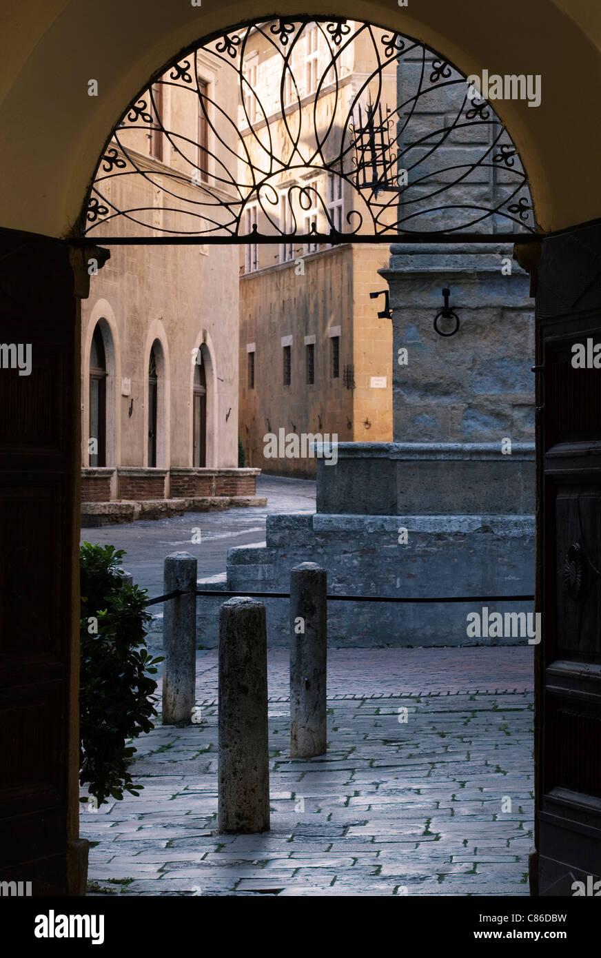 Scène de rue - Pienza, Toscane - porte tôt le matin. Photo Stock