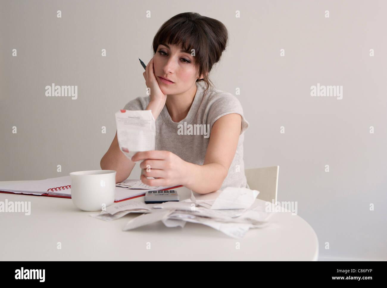 Femme de l'examen des reçus Photo Stock