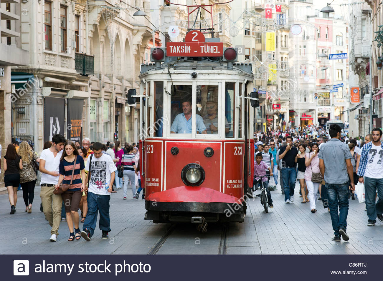 Vieux tramway sur l'avenue Istiklal Cadessi, Istanbul, Turquie Photo Stock