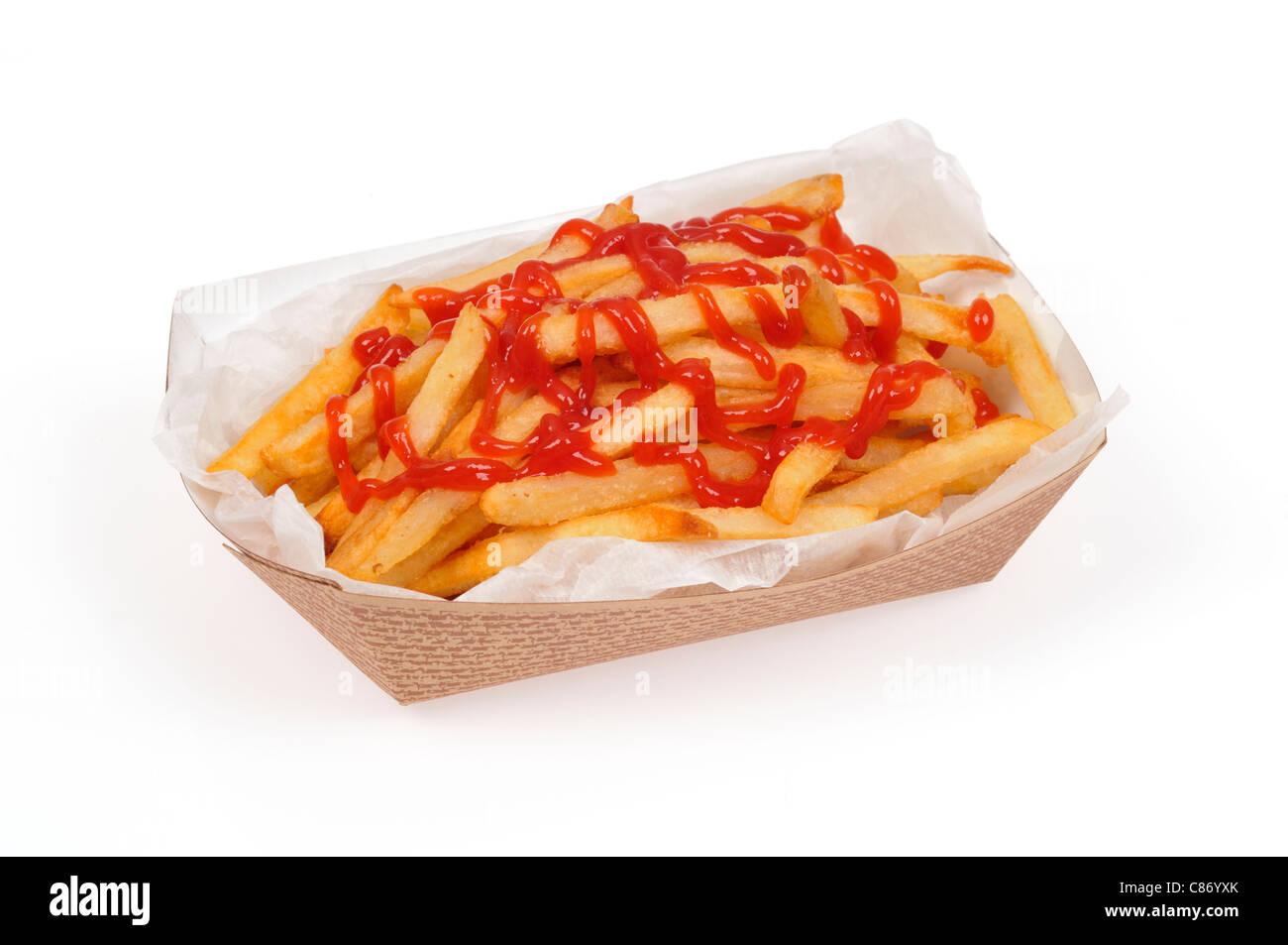 Corbeille à papier de frites à emporter ou des frites avec du ketchup sur eux sur fond blanc, cut out. Photo Stock