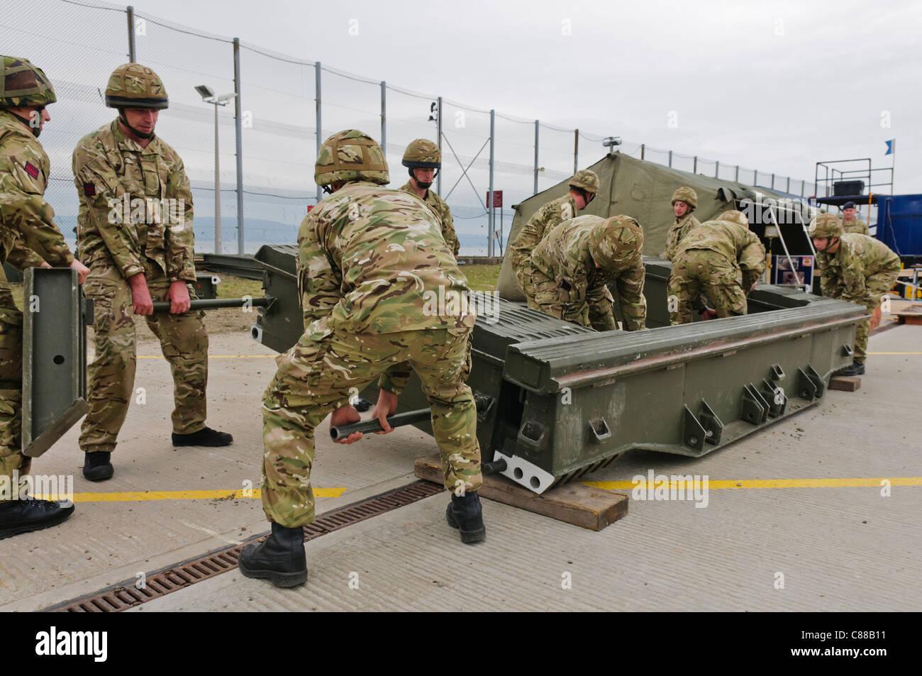 Soldats assembler un ponton mobile en cas de franchissement de lacunes Photo Stock