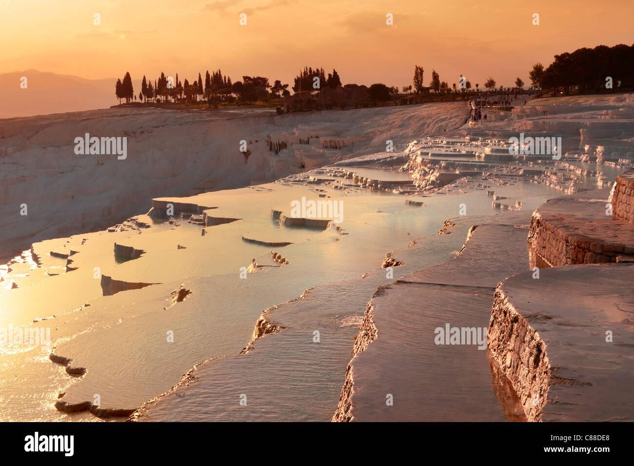 Pamukkale travetine terrasse cascade, composé de carbonate de calcium blanc rock formations, Pamukkale, Turquie Photo Stock