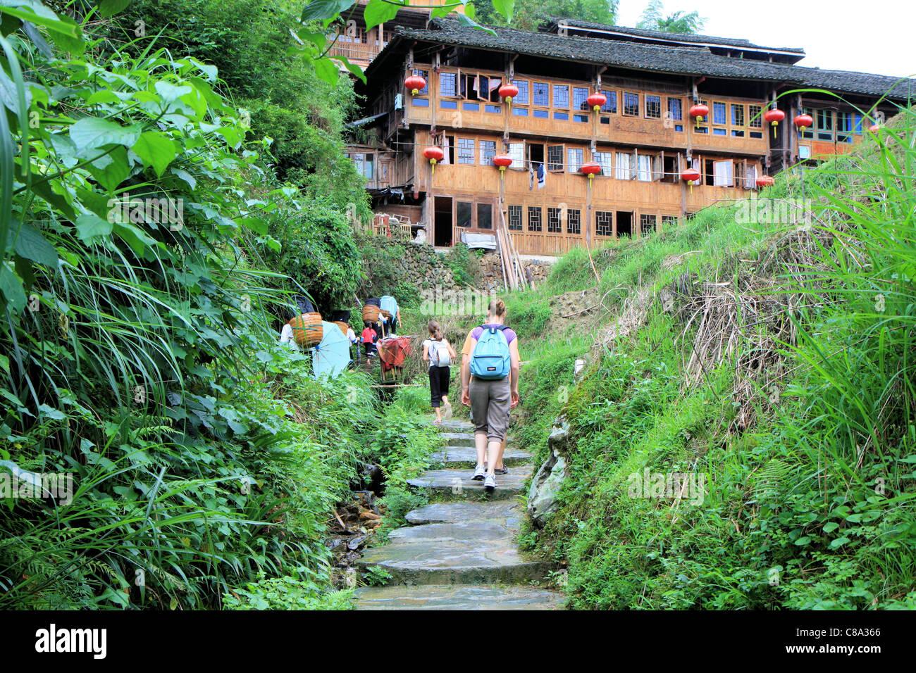 Les gens qui marchent dans un village de Ping', Chine Photo Stock