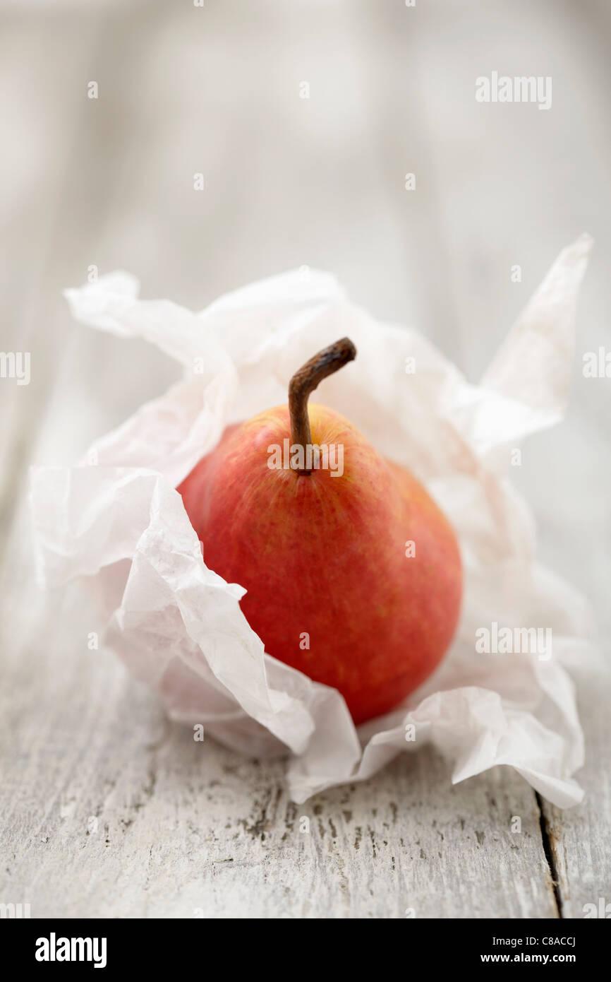 Poire enveloppée dans du papier de soie Photo Stock