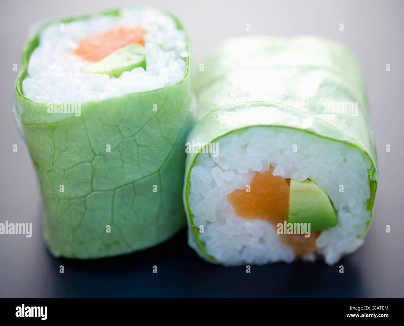 Makis saumon et d'avocat salade Banque D'Images