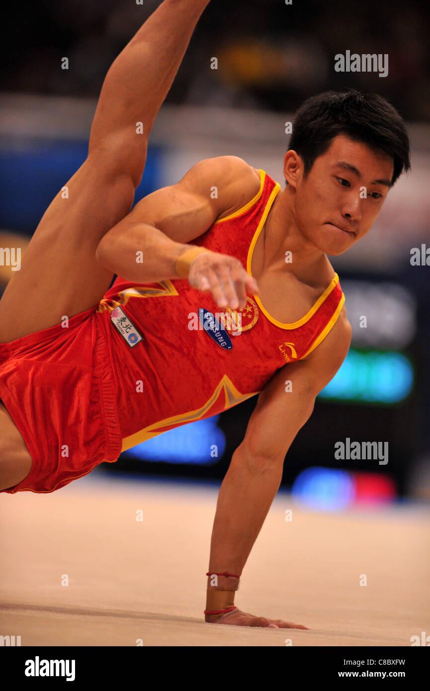 Teng Haibin (CHN) effectue au cours de la FIG de gymnastique artistique monde Tokyo 2011 championnats. Photo Stock