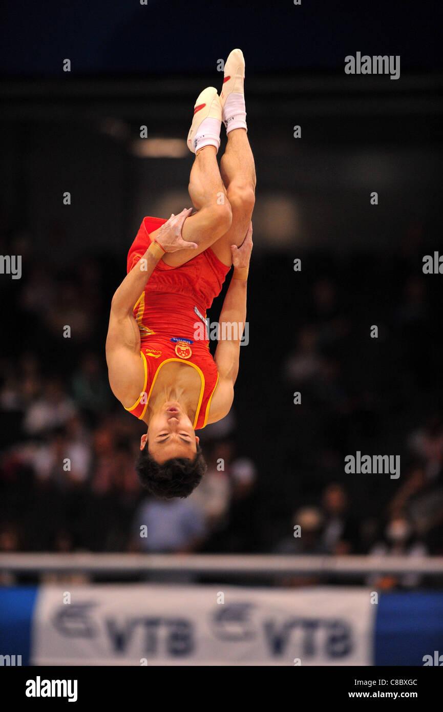 Feng Zhe (CHN) effectue au cours de la FIG de gymnastique artistique monde Tokyo 2011 championnats. Photo Stock