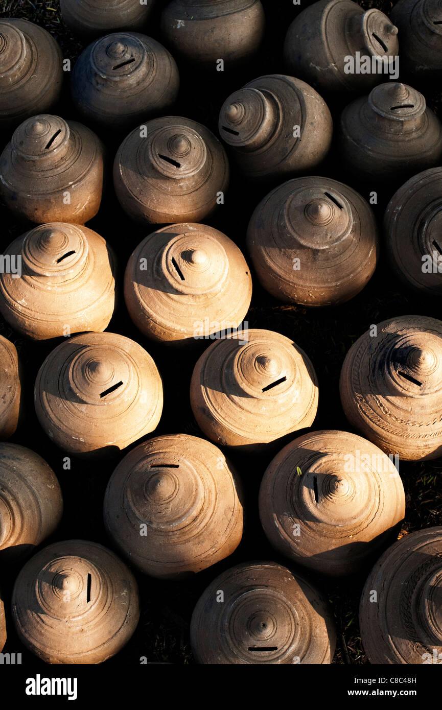 Pots en terre cuite de l'argent indien séchant au soleil. Puttaparthi, Andhra Pradesh, Inde Photo Stock