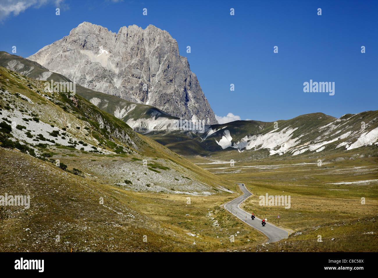 Dans le Campo Imperatore Gran Sasso, Abruzzo, Italie. Dans l'arrière-plan est Corno Grande, plus haute Photo Stock
