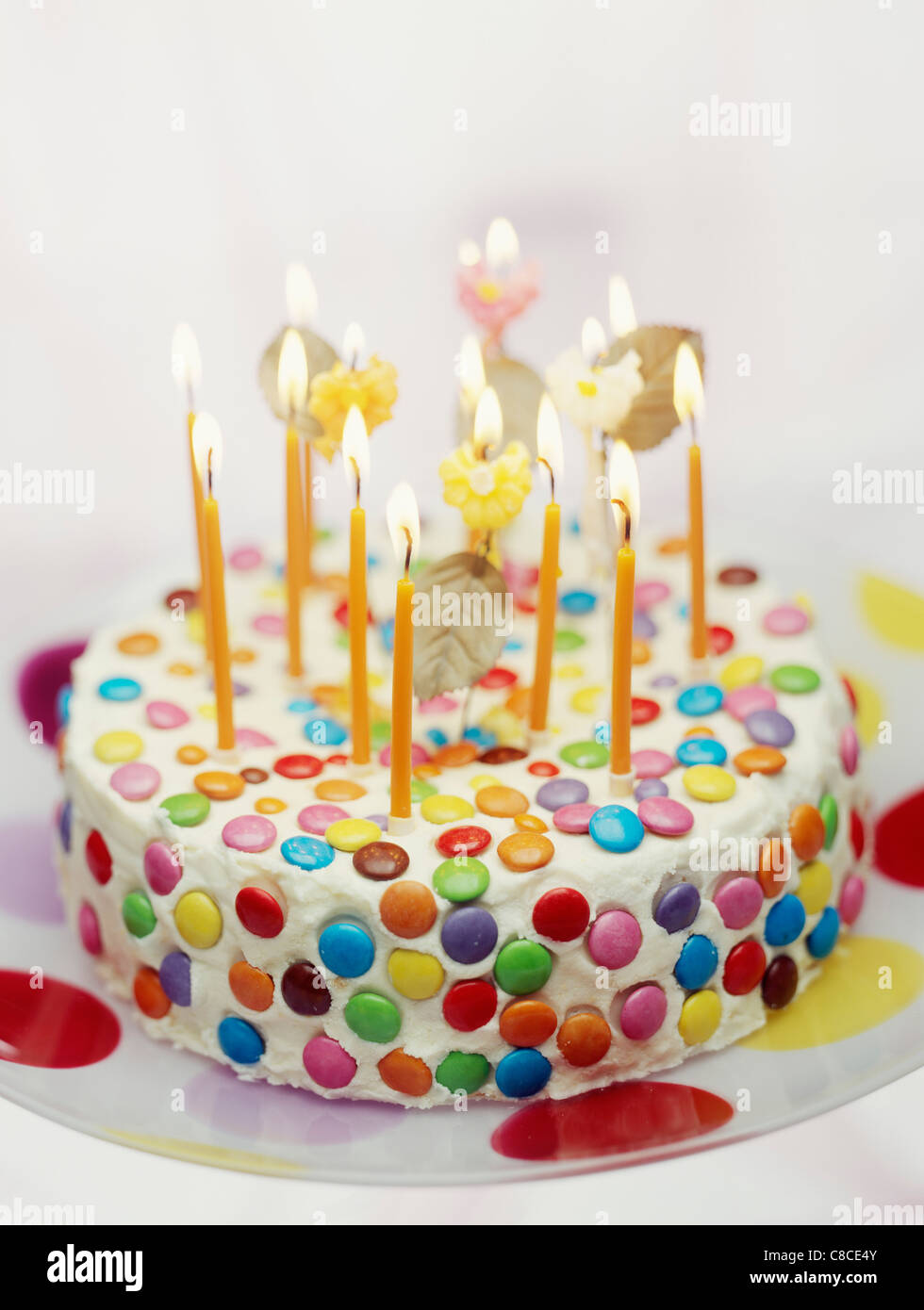 Gâteau d'anniversaire multicolores Photo Stock