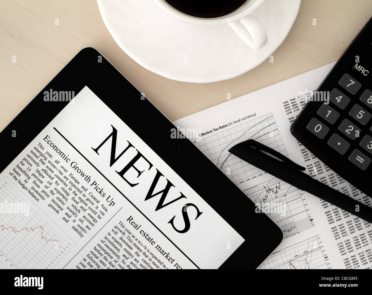 Bureau avec un Tablet PC, qui présente les dernières nouvelles sur l'écran. Photo Stock