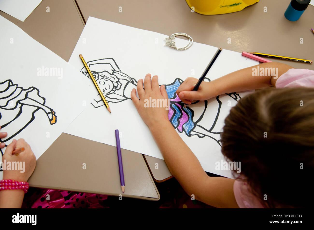 Les enfants en classe de dessin d'art dans une école primaire de Galles UK Photo Stock