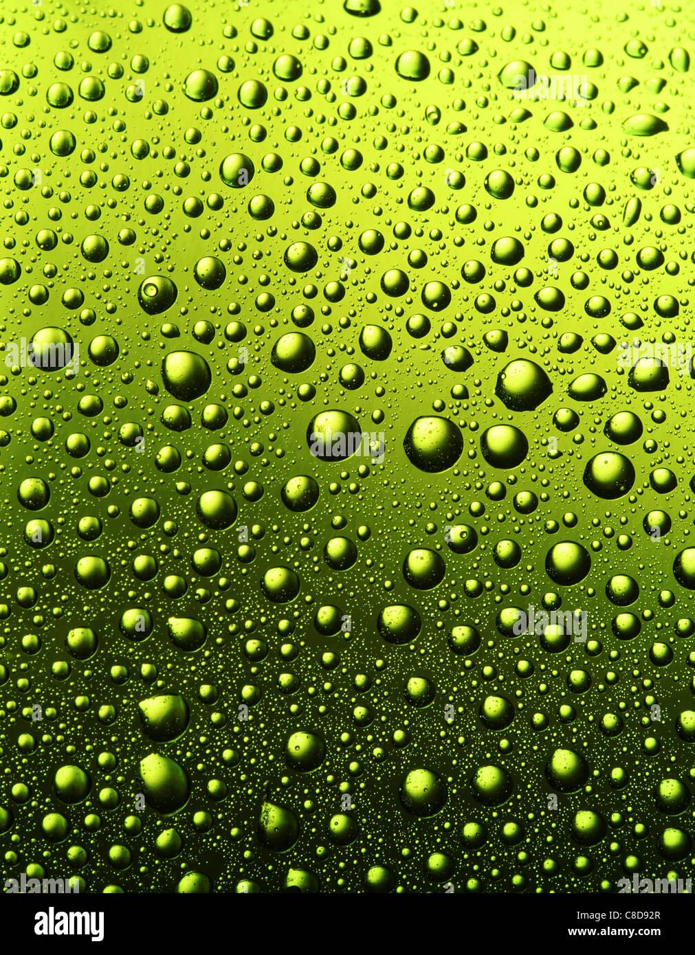 La texture des gouttes d'eau sur la bouteille de bière. Photo Stock