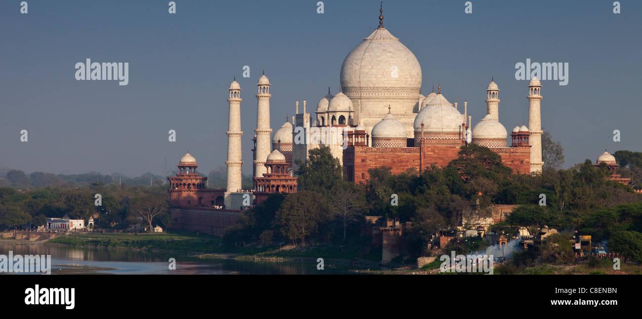 Traditionnelle hindoue bûcher funéraire crémation par le Taj Mahal et la rivière Yamuna au coucher Photo Stock