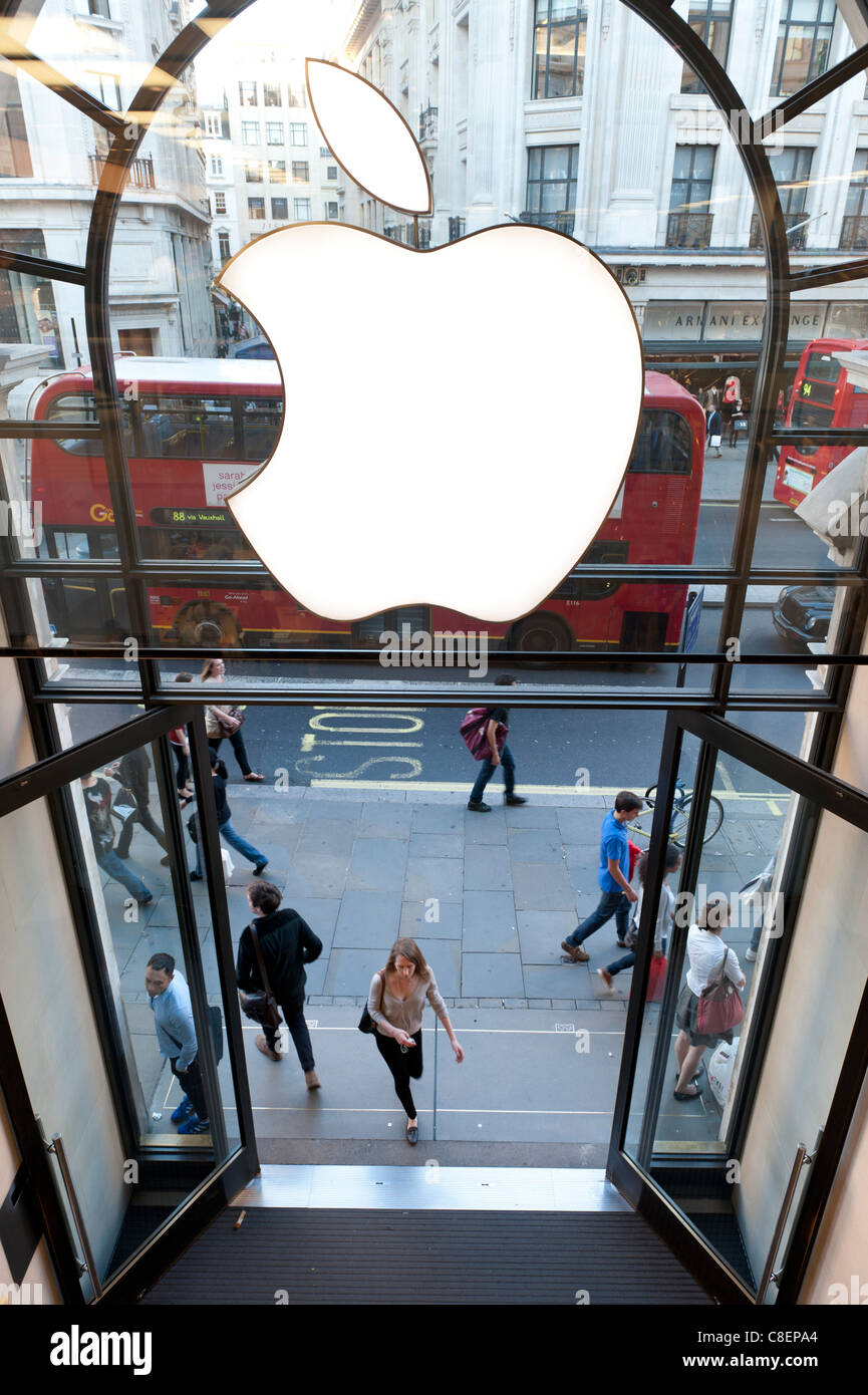 Les clients dans le hall de l'Apple store, Regent Street, Londres, Angleterre Photo Stock