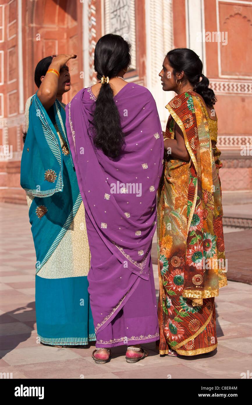 Les femmes indiennes à la porte sud de la Taj Mahal, Darwaza-i rauza dans l'Uttar Pradesh, Inde Photo Stock