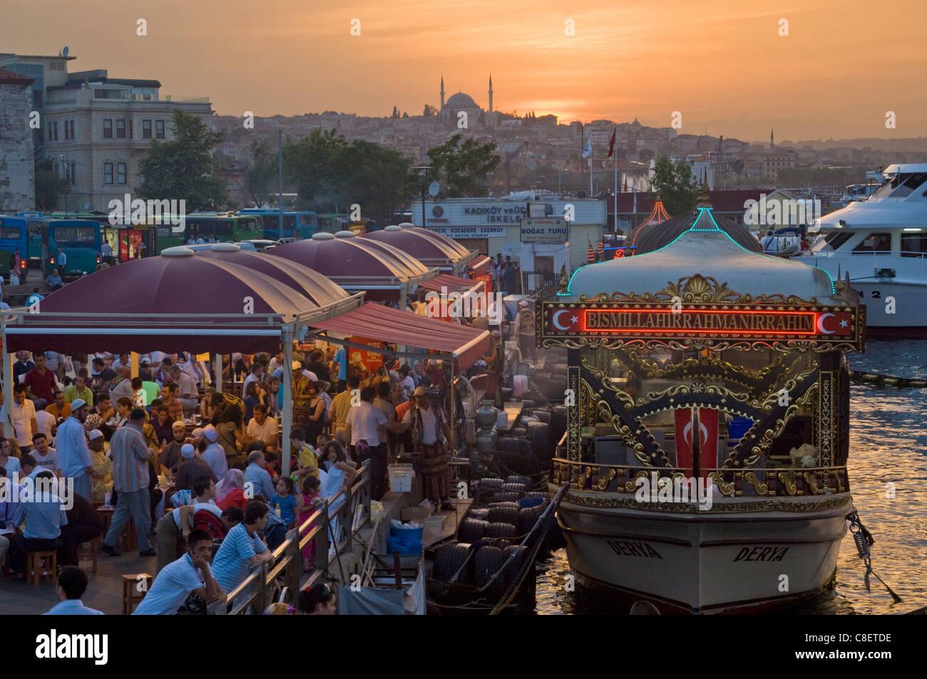Les bateaux traditionnels et de cuisine, vente de produits alimentaires, d'Eminonu pont Galeta, Istanbul, Turquie Photo Stock