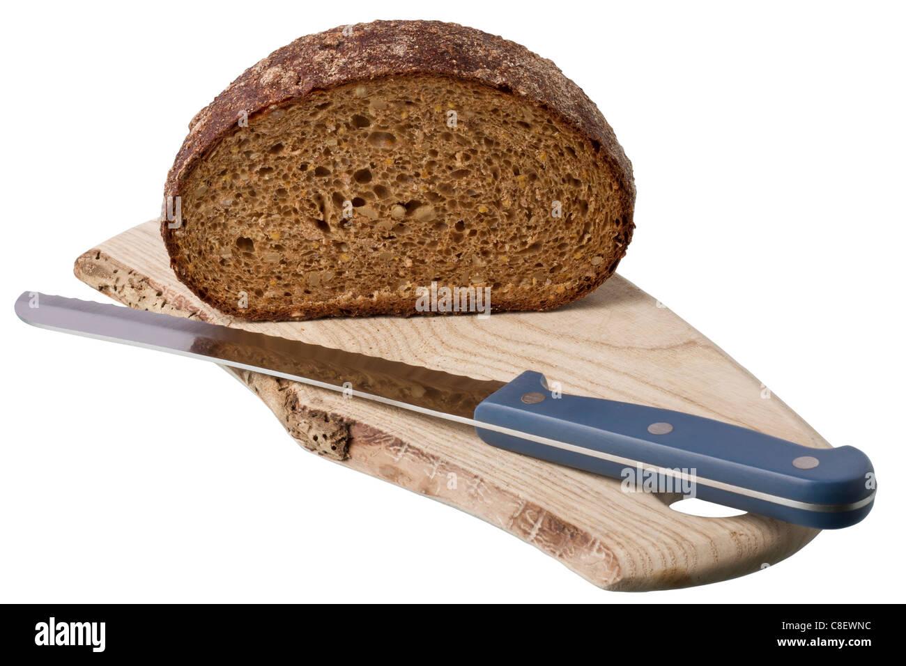Le pain brun sur la tablette avec le couteau isolé sur fond blanc Photo Stock