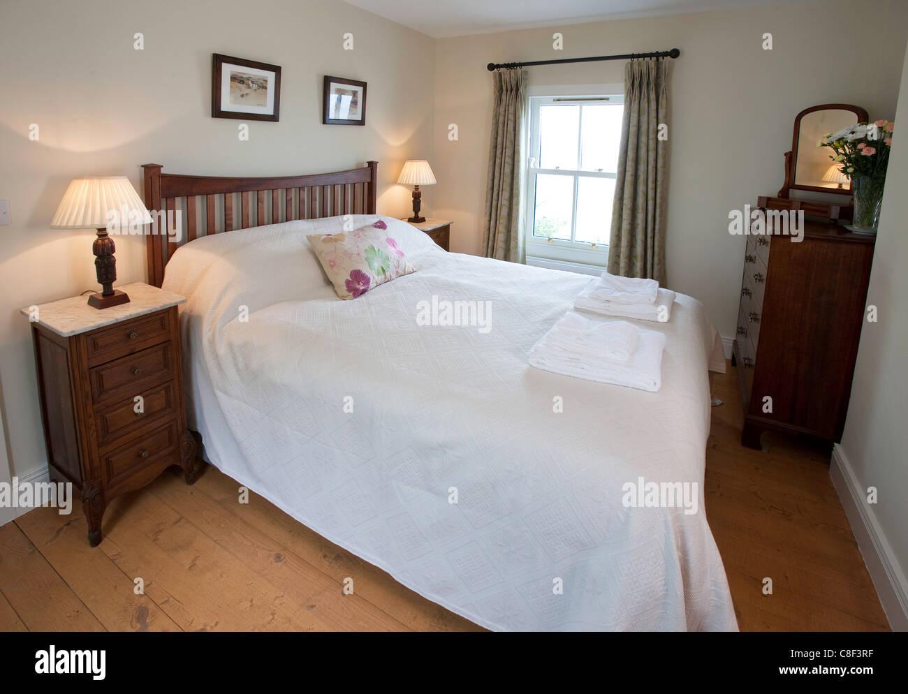 Photographie de l'intérieur d'une chambre à coucher dans un cottage irlandais Banque D'Images