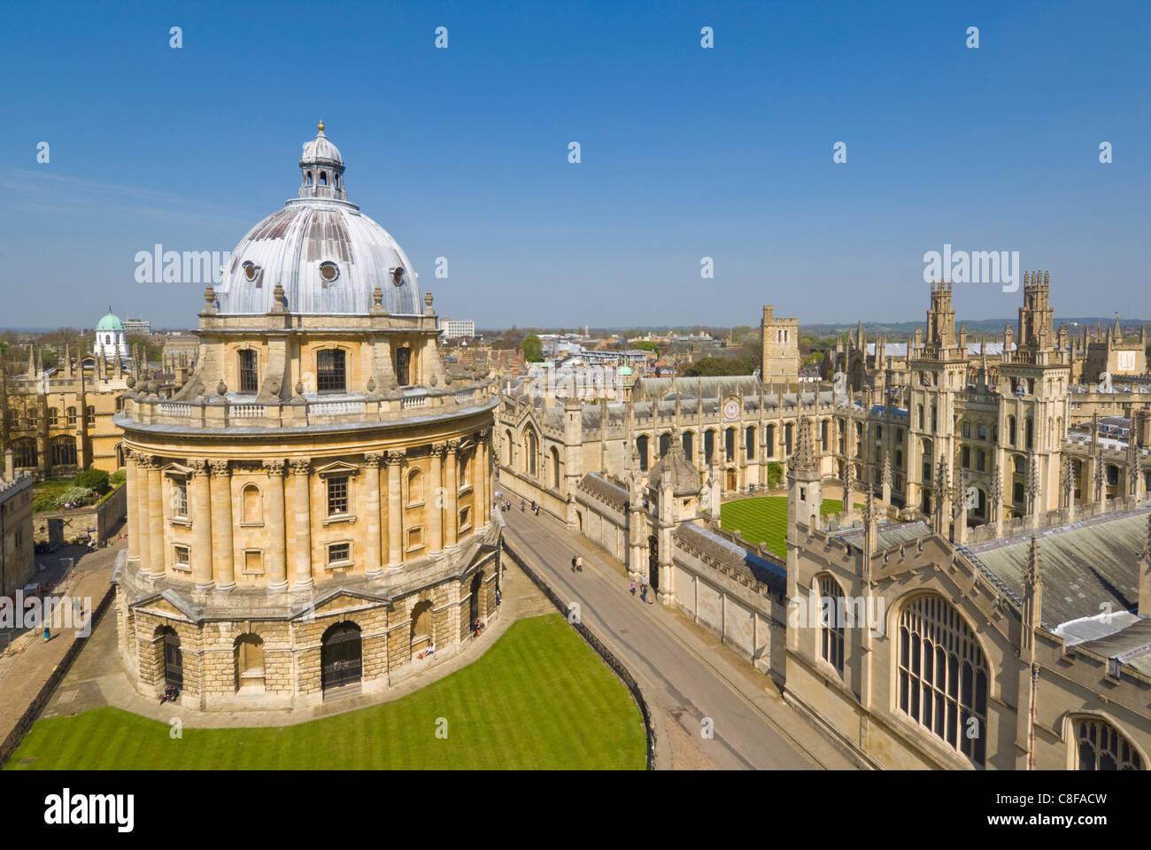Le dôme de Radcliffe Camera, les murs de l'All Souls College, et les toits de la ville universitaire d'Oxford, Photo Stock