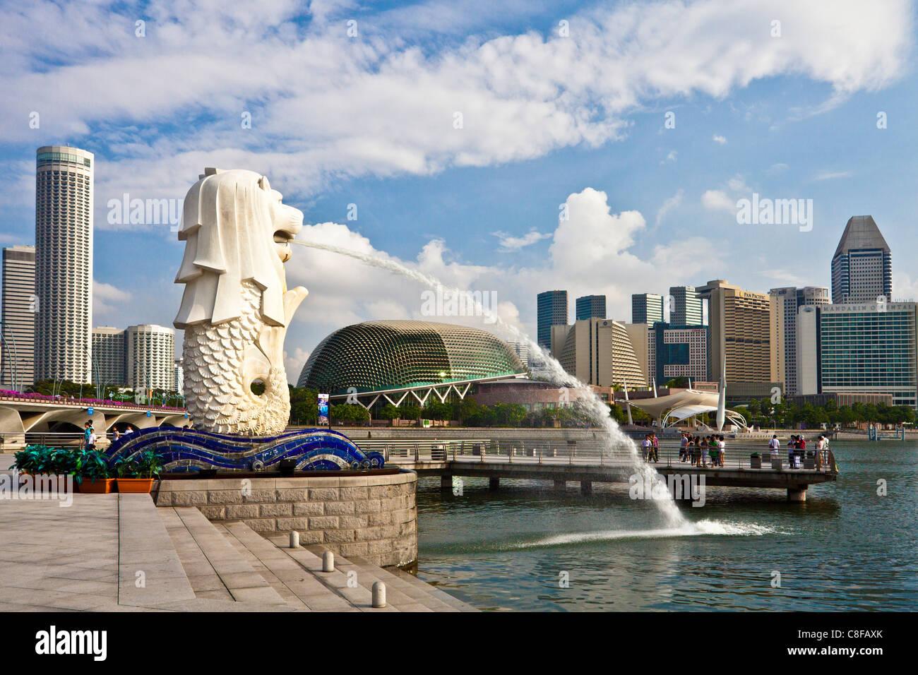 Singapour, Asie, Merlion, monument, lion, sirène, la sculpture, de l'eau vomir, cracher, banque promenade, Skyline, Banque D'Images