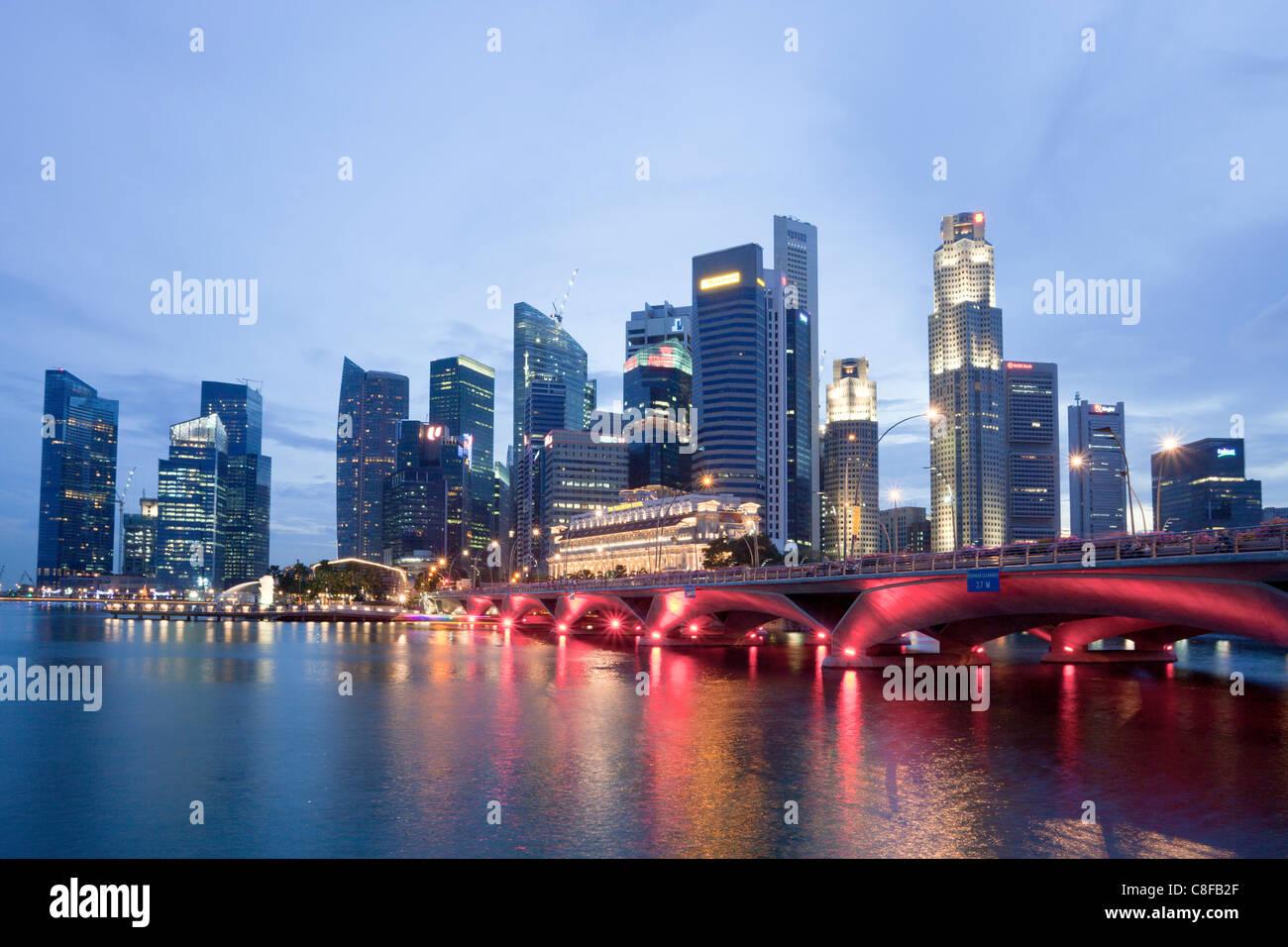 Singapour, en Asie, le centre-ville, pont, éclairage, illumination, rouge, gratte-ciel, des immeubles, des Photo Stock