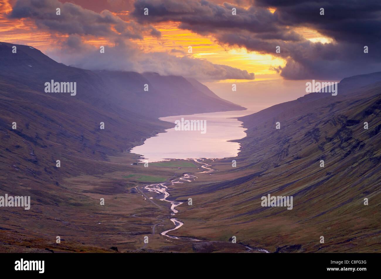 Coucher de soleil sur la vallée de Fjardardalur Mjoifjordur et fjord, Fjords de l'Est (région de l'Austurland, Photo Stock