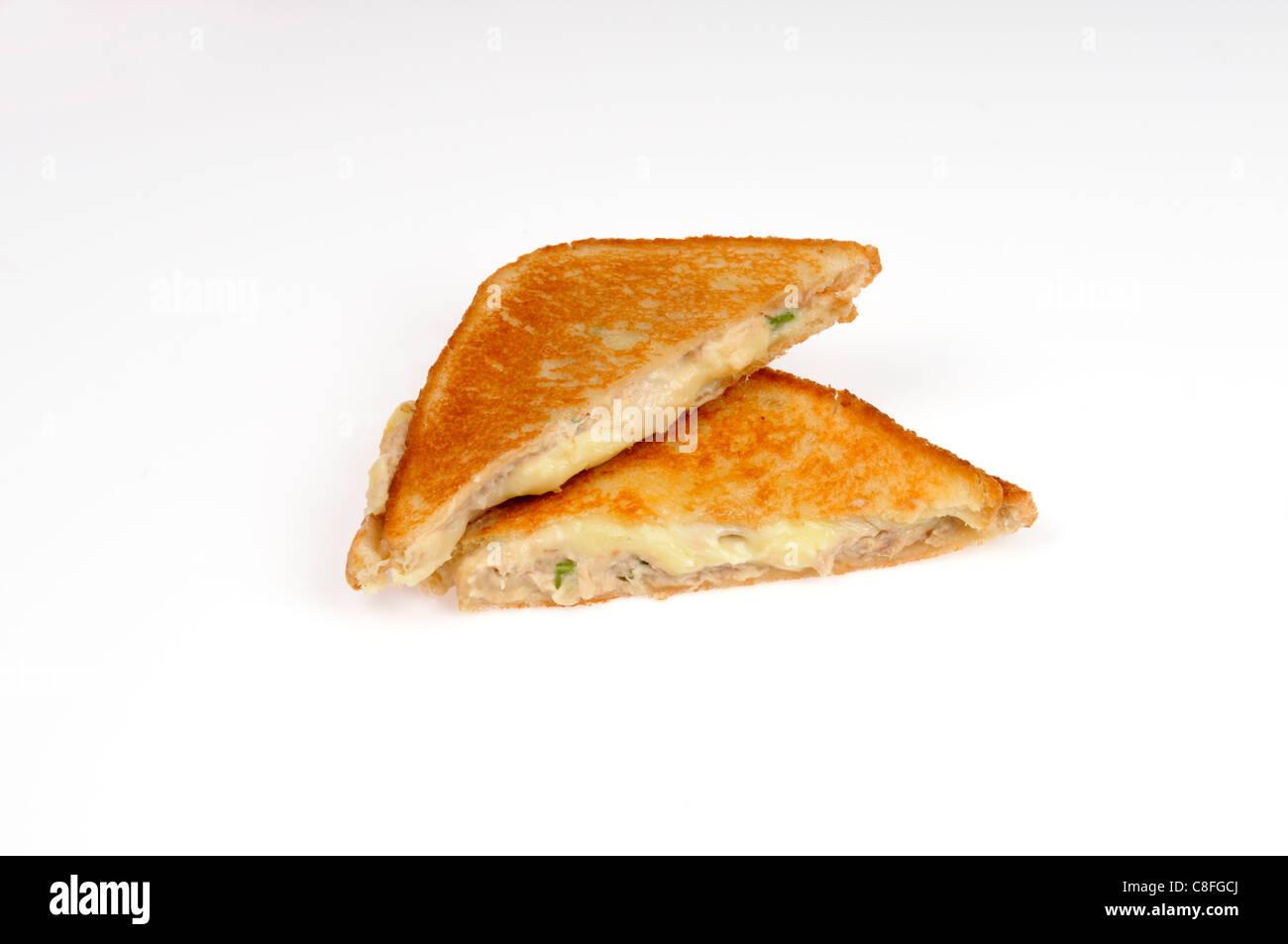 Thon grillé sandwich au fromage fondu sur fond blanc découpé. Banque D'Images