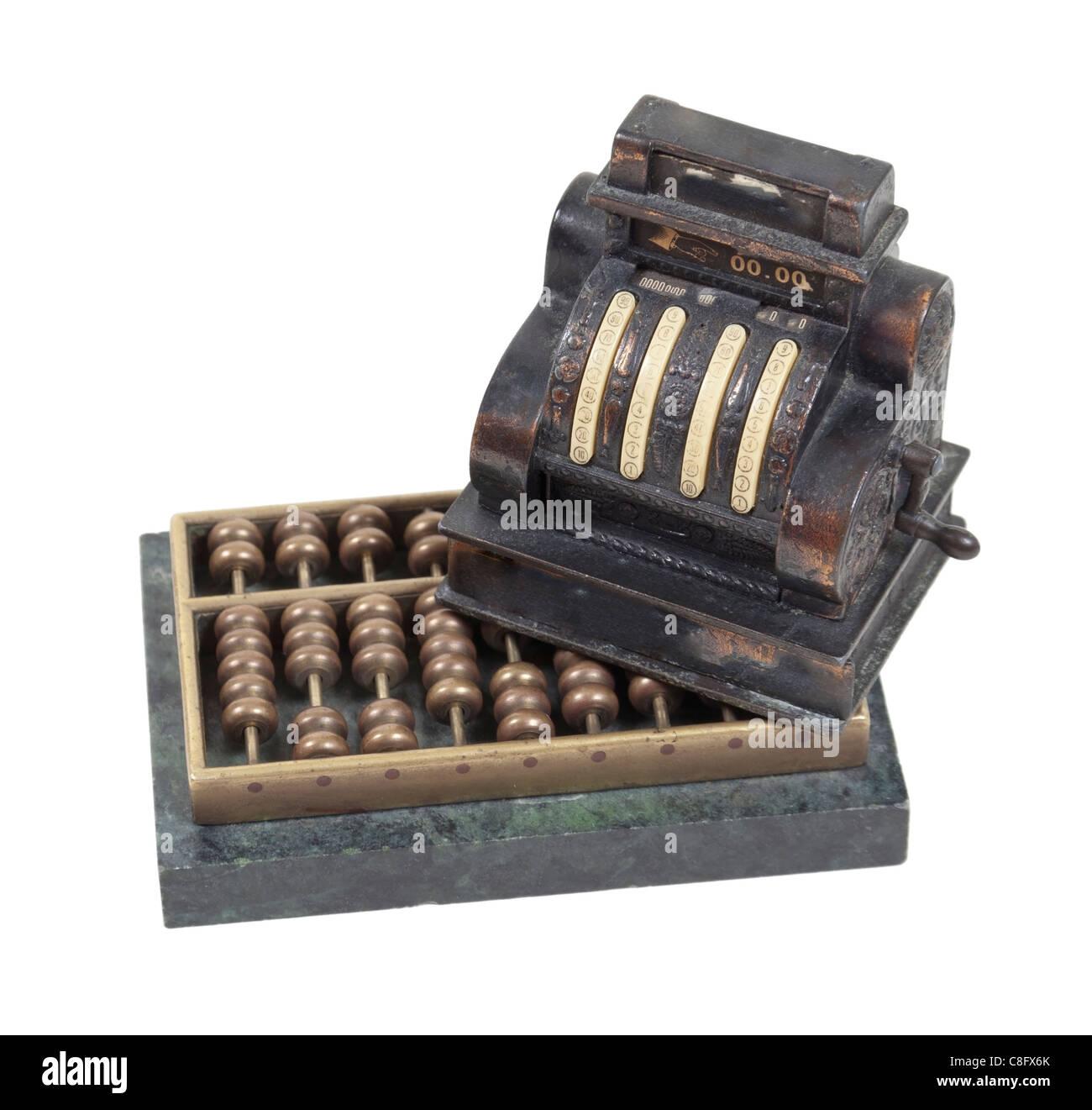 Tenant le revenu d'entreprise illustré par une antique caisse par un boulier - chemin inclus Photo Stock