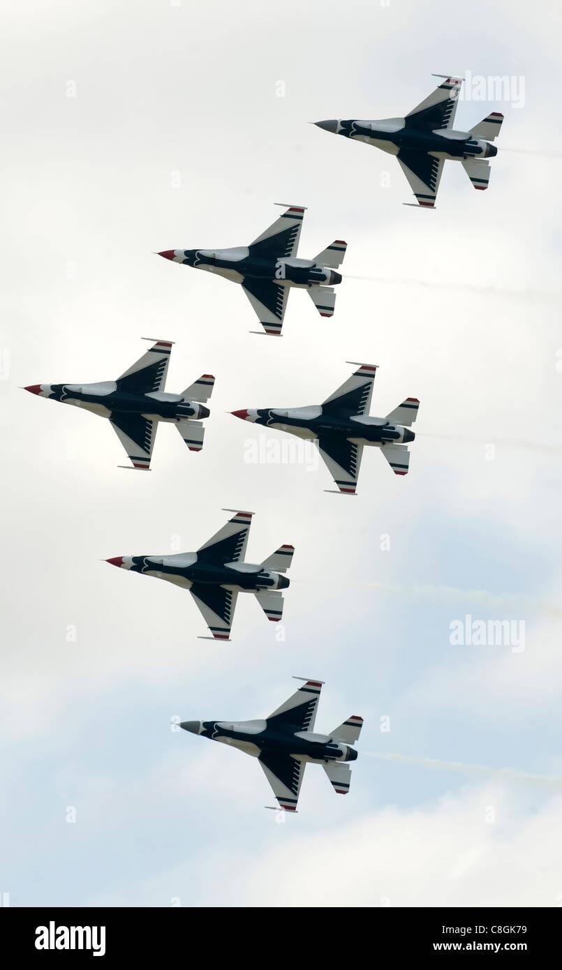 L'avion solo Thunderbird (en haut et en bas de la formation avec des radôme gris) se joint à la formation de diamant Thunderbirds pour construire la formation delta à six navires, avril 4, à la base aérienne Keesler, Mils Banque D'Images