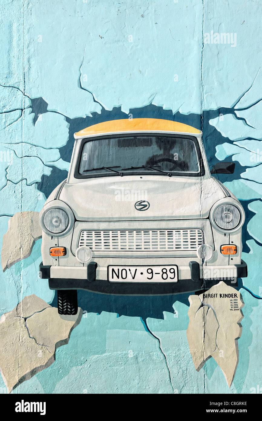 Fresque de voiture Trabant brisant au mur de Berlin East Side Gallery à Berlin, Germany, Europe Banque D'Images