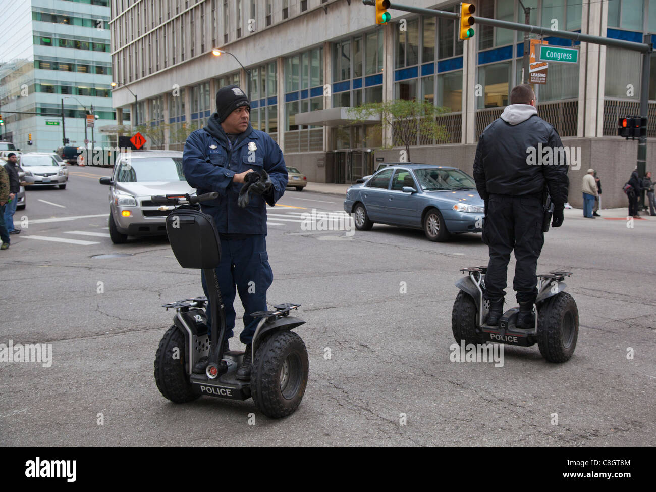 Detroit, Michigan - les agents de police dans les rues du centre-ville de patrouille sur personnels Segway véhicules Photo Stock