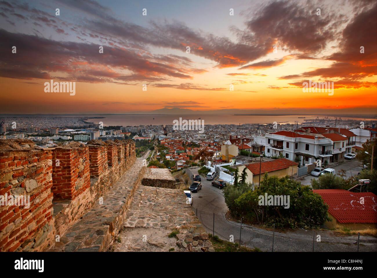 """Vue panoramique sur les murs de Thessalonique ('Trigoniou Tower') d'Ano Poli (signifie """"ville haute""""). Photo Stock"""