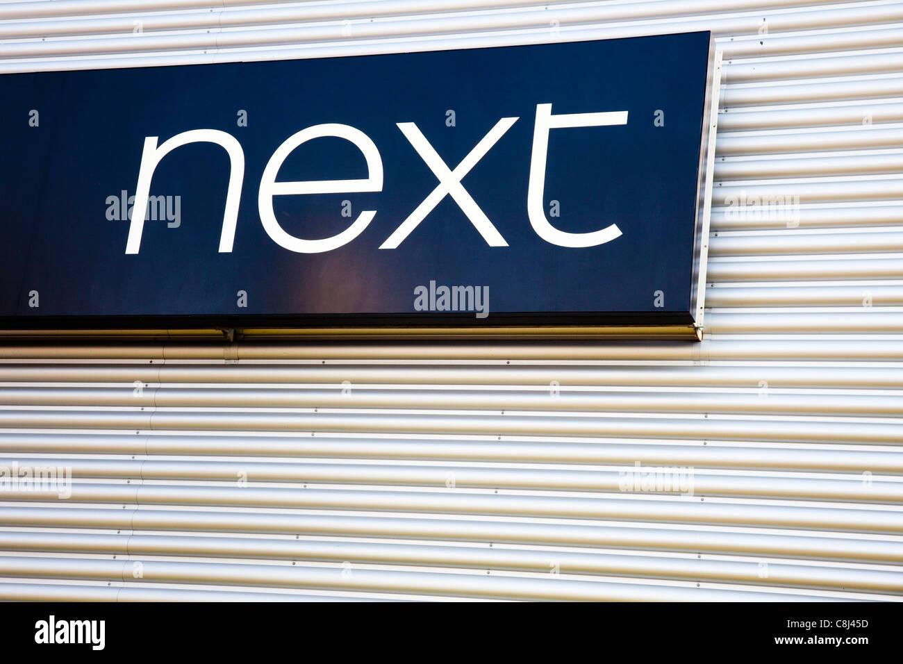 Signer, à côté de l'entrepôt de vente au détail, Kent, UK Banque D'Images