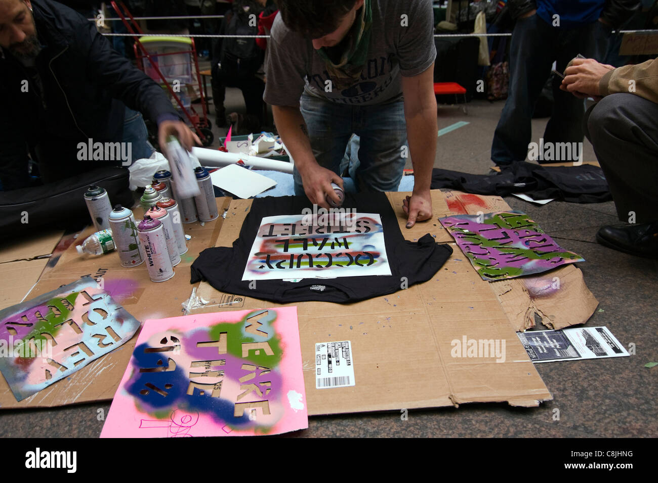 "Occupy Wall Street manifestant pistolage ""OCCUPER WALL STREET"" sur un T-shirt noir à l'intérieur Photo Stock"