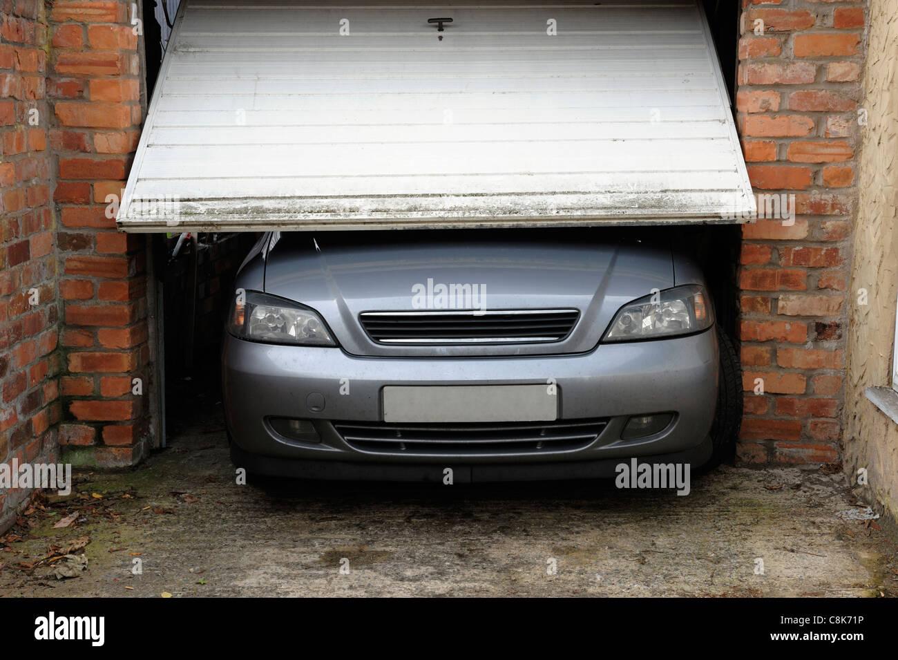 Voiture ne rentre pas dans le garage Photo Stock