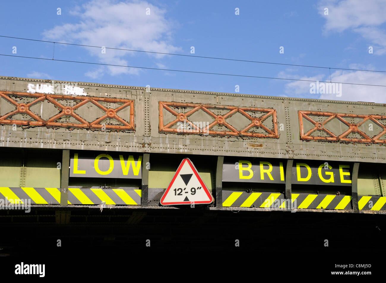 Pont faible signe sur pont avec restriction hight montrant Finsbury Park, London England UK Photo Stock