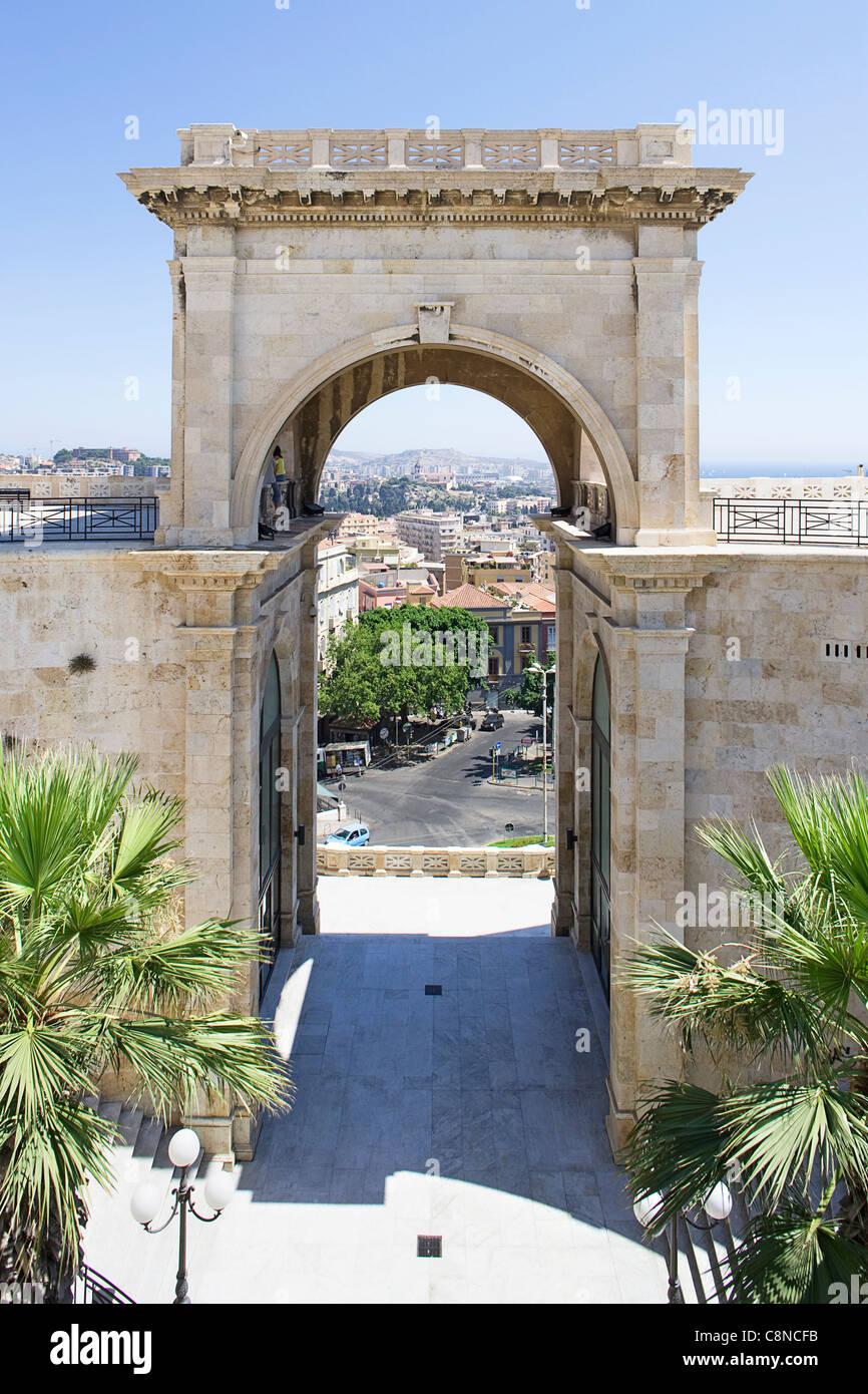 Italie, Sardaigne, Cagliari, quartier de Castello, Bastione di San Remy de triomphe, terrasse avec vue sur la ville Photo Stock