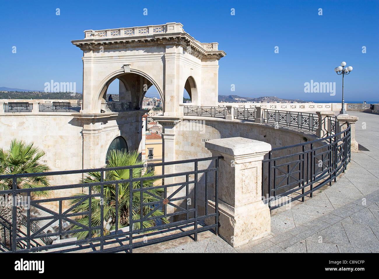 Italie, Sardaigne, Cagliari, quartier de Castello, Bastione di San Remy terrasse, Arc de Triomphe Photo Stock