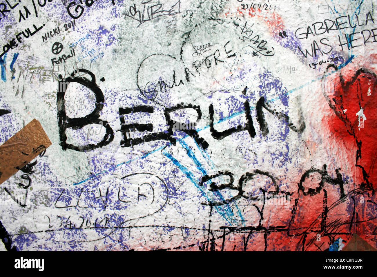 Un graffiti sur le mur de Berlin. Photo Stock