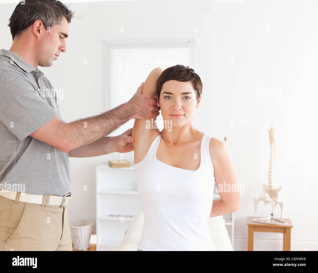 Femme faisant quelques exercices sous surveillance Photo Stock