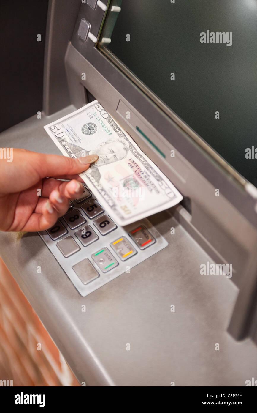Portrait d'une part féminine de retrait dollars Photo Stock