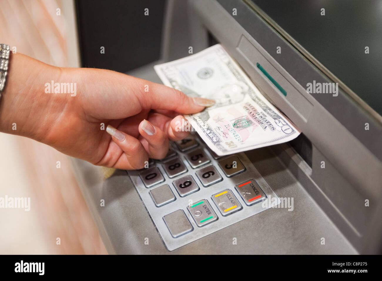 La main féminine retrait dollars Photo Stock
