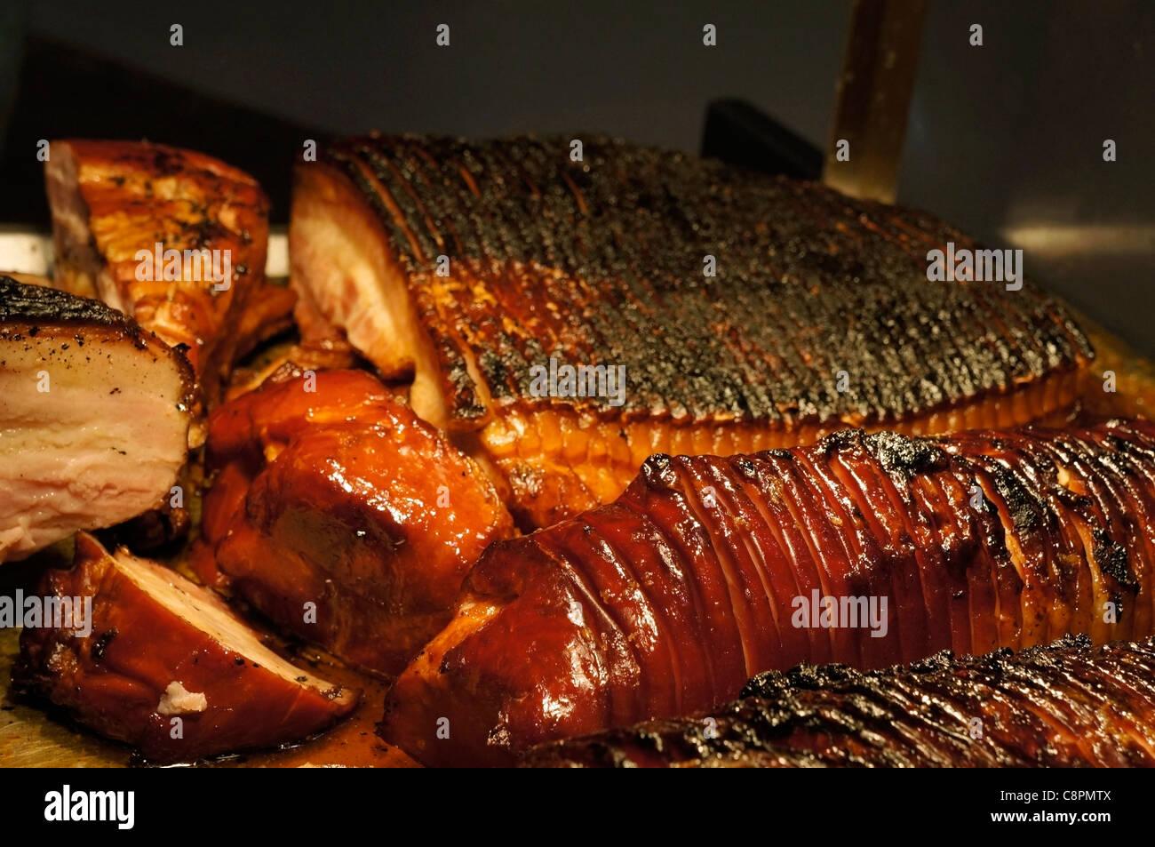 Jambon rôti, tranches de bacon carbonisé dans un deli Photo Stock
