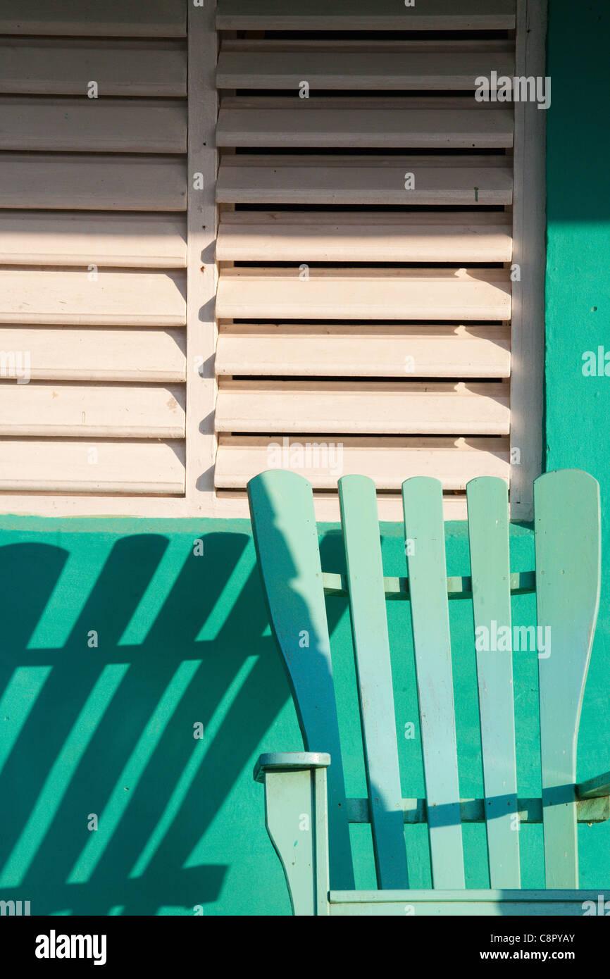 Ombre de chaise vide sur le porche en plein soleil Photo Stock