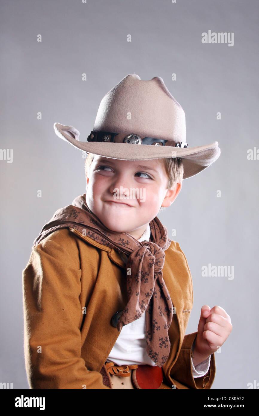 Un jeune cowboy tenant un poing en haut prêt à se battre Photo Stock