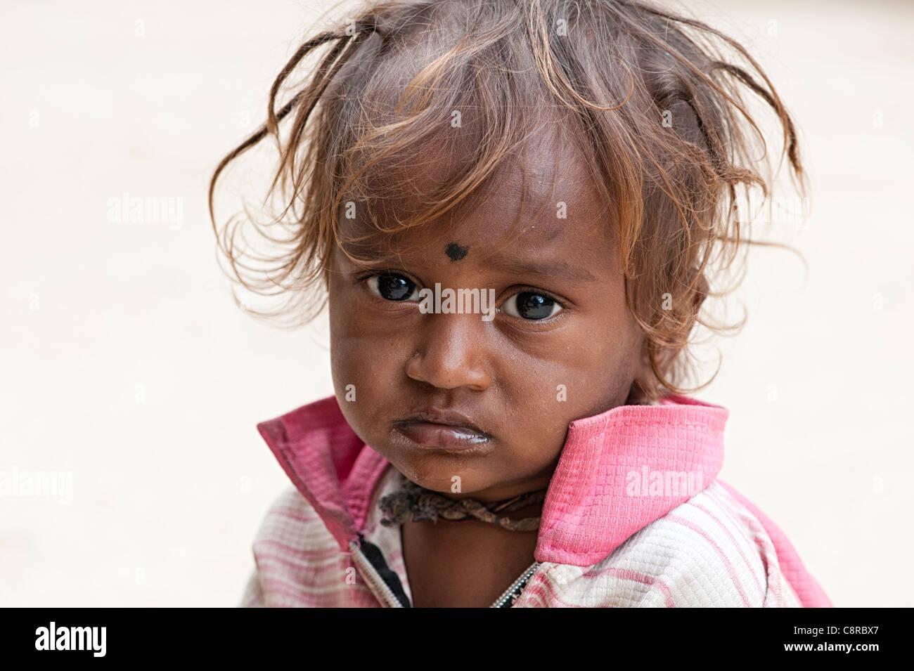 Pauvres malheureux caste inférieure indian street baby boy photo stock
